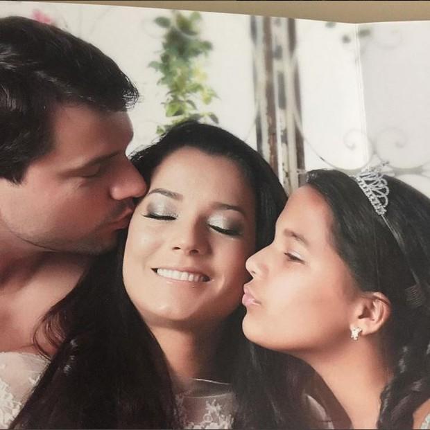 Mônica Carvalho com o marido, Alaor Paris, e a filha Yaclara (Foto: Reprodução do Instagram)