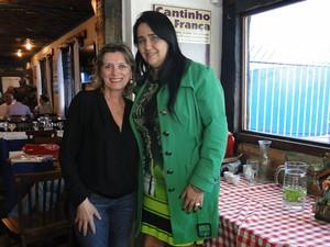 Márcia Clementino, filha da cozinheira dona Lucinha, ao lado da presidente da Salgueiro, Regina Celi. (Foto: Michele Marie/ G1)