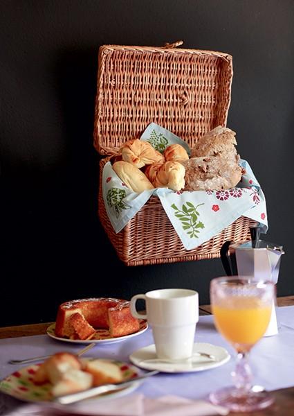 A cesta suspensa dá um charme a mais e ainda amplia o espaço para colocar as guloseimas do café da manhã (Foto: Rogério Voltan/Editora Globo)
