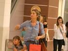 Grazi Massafera passeia com a filha em shopping e faz compras