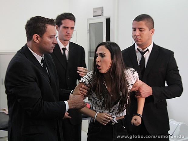 Valdirene é expulsa do vestiário (Foto: Amor à Vida / TV Globo)