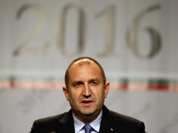 Rumen Radev fala durante uma conferência de imprensa após as eleições na Bulgária, neste domingo (13) (Foto: AP Photo/Darko Vojinovic)