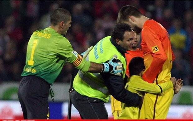 Criança invade o campo para abraçar o zagueiro Piqué, do Barcelona (Foto: Reprodução / Sport.es)