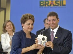 A presidente Dilma Rousseff e o empresário Josué Alencar (Foto: Antônio Cruz/ABr)