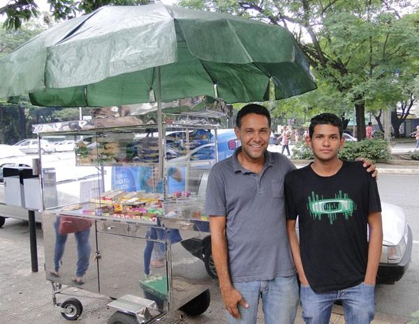 """Mauro dos Santos, 43, e seu filho Marlon, 18, seguem com venda de balas na porta do Barão, que era feita desde 1971 pelo pai de Mauro, Luiz Santos, 80, o """"Pipo"""". (Foto: Cristina Moreno de Castro/G1)"""