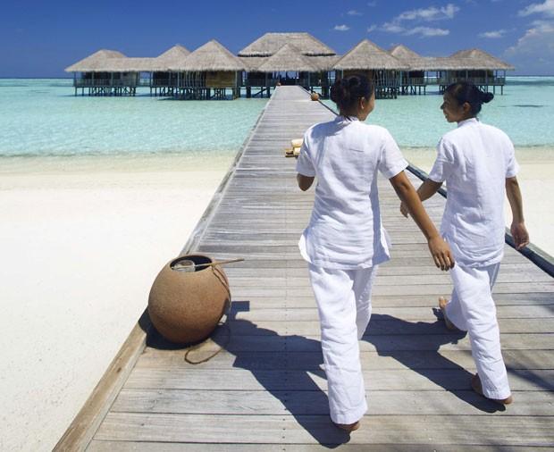 Funcionárias andam até o spa do hotel Gili Lankanfushi (Foto: Gili Lankanfushi/Divulgação)