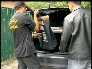 Documentos foram apreendidos na casa do homem detido (Foto: Reprodução Inter TV)