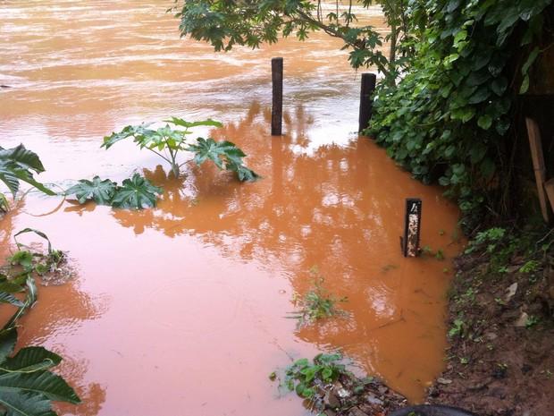 Régua pluviométrica já está nos 4 metros  (Foto: Patrícia Belo / G1)