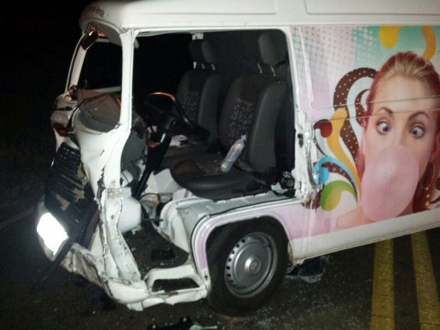 Motorista da Kombi ficou preso às ferragens na noite de sábado em Itaí (Foto: Gazeta em Foco)