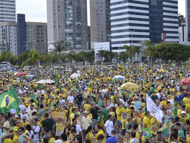 Manifestantes se reuniram na Praça do Papa, em Vitória (Foto: Viviane Machado/ G1)