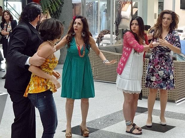 Valéria só é detida com a chegada de um segurança (Foto: Amor Eterno Amor/TV Globo)