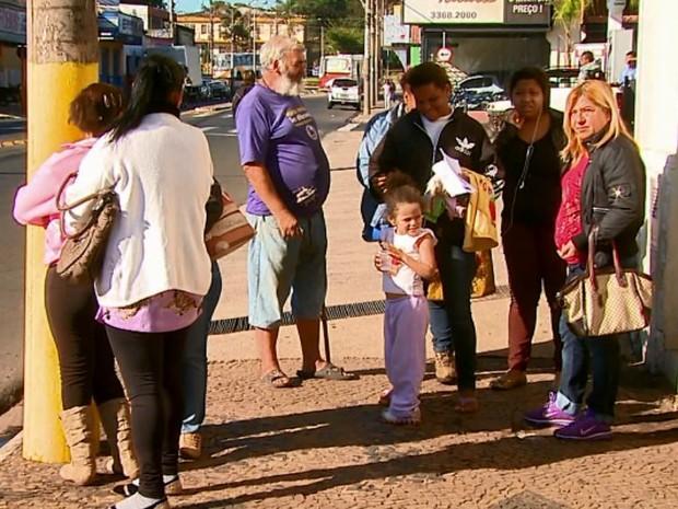 Sem banco e sem cobertura, passageiros esperam por ônibus em São Carlos (Foto: Paulo Chiari/EPTV)