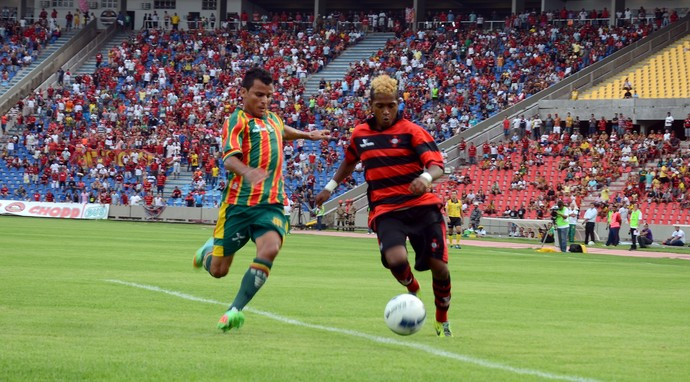 Henrique - atacante do Moto - e Tote - lateral-direito do Sampaio - no Estádio Castelão (Foto: Paulo de Tarso Jr./Imirante)