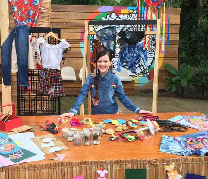 Julia Lomachinsky ensina a customizar roupas para festa junina (Foto: Thais Reis/Gshow)