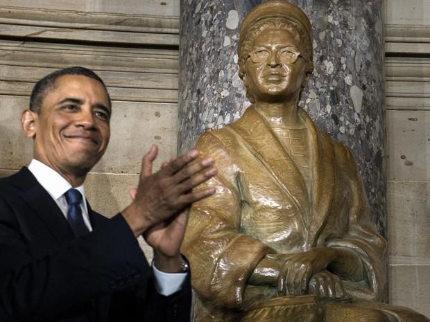 Barack Obama aplaude, depois de apresentar uma estátua de Rosa Parks, durante uma inauguração no Salão Statuary no Capitólio nesta quarta-feira (27) (Foto: AFP PHOTO / Brendan SMIALOWSKI)
