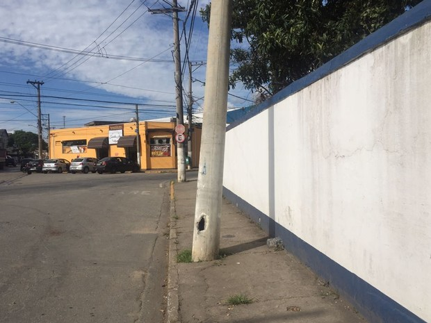 Poste ficou torto após batida de ônibus no distrito de César de Sousa, em Mogi das Cruzes (Foto: Willian Ruiz/TV Diário)