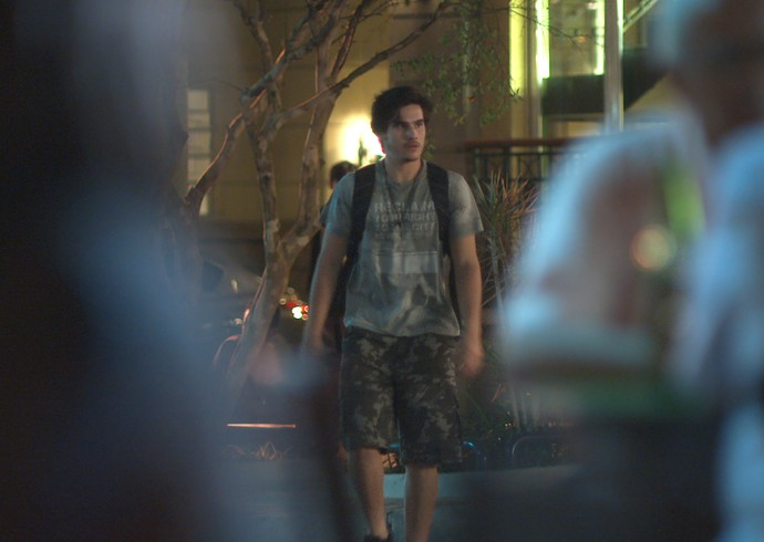 Zac é seguido por Du nas ruas da Glória (Foto: TV Globo)