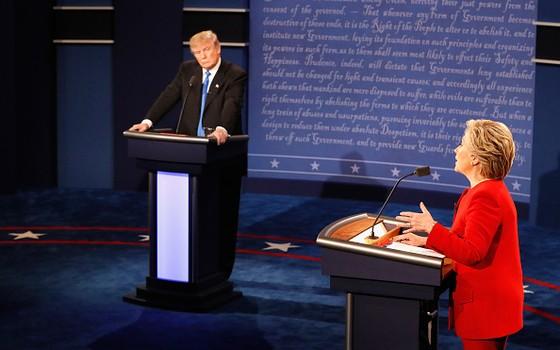 Trump observa Hillary no primeiro debate presidencial das eleições de 2016 nos Estados Unidos. o evento ocorreu no auditório da Universidade Hofstra, na cidade de Hempstead em Nova York   (Foto: Getty Images)