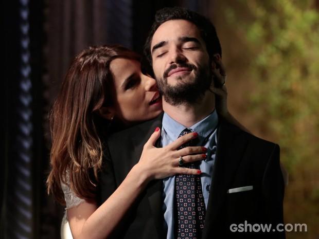 Maria Ribeiro em total sintonia com o maridão, Caio Blat (Foto: Felipe Monteiro/TV Globo)