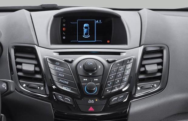 Ford New Fiesta Sedan 1.6 SE 2016 com monitor de sensor de estacionamento (Foto: Divulgação)