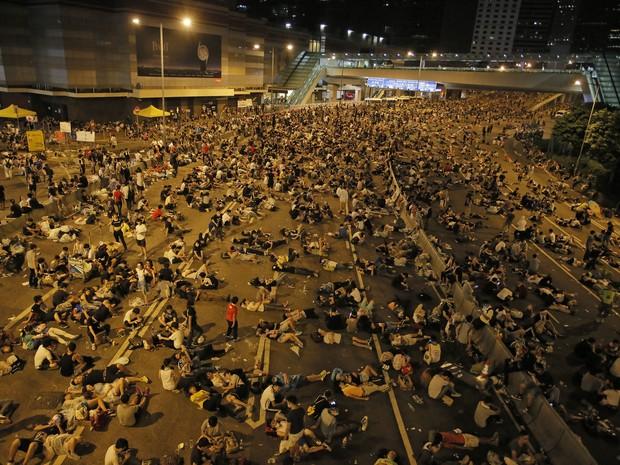Manifestantes sentam e deitam na rua durante protesto em Hong Kong, neste domingo (28) (Foto: AP Photo/Vincent Yu)