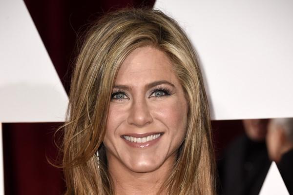 A atriz Jennifer Aniston diz não lembrar de quem recebeu o conselho, mas agora tem mania de entrar sempre com o pé direito em aviões, além de dar um tapinha em sua parte externa. (Foto: Getty Images)