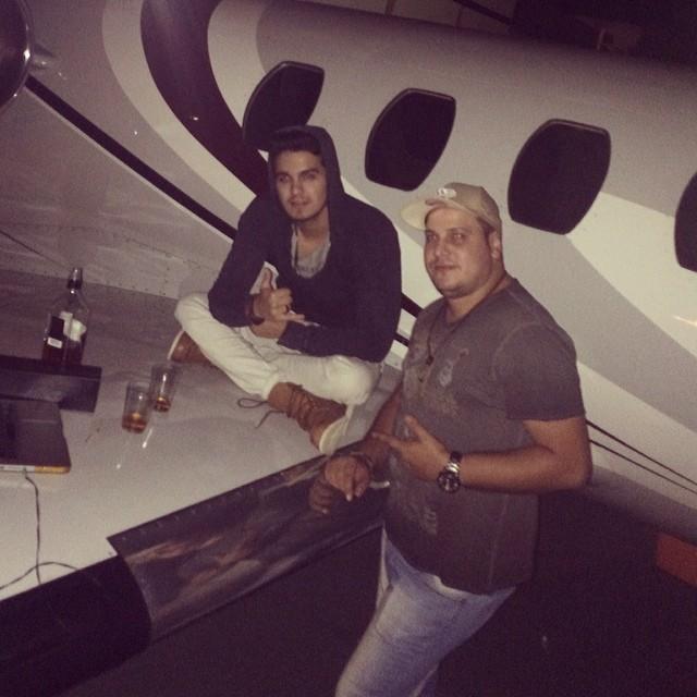 Luan Santana e o produtor Fernando Baron (Foto: Reprodução/Instagram)