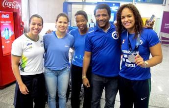 """Com a prata, Aline Silva ganha festa  no desembarque: """"Coisa mágica"""""""