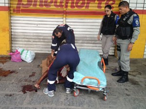 Morador de rua foi socorrido pelo Samu (Foto: Walter Paparazzo/G1)