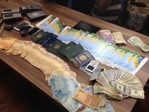 Polícia apreendeu planilhas de contabilidade da quadrilha, mais de cem ingressos, ingressos e documentos diversos (Foto: Mariucha Machado / G1)