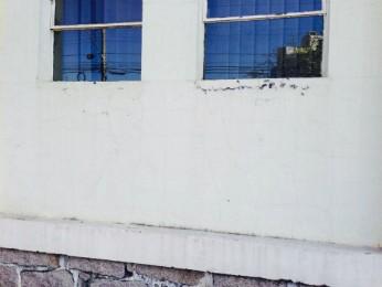 A fachada do museu apresenta rachaduras (Foto: Arquivo Pessoal)