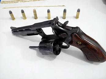 Padrasto foi preso em flagrante com revólver calibre 38. (Foto: PM Rondonópolis)