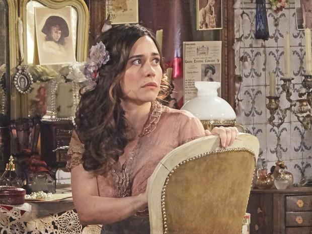 Catarina se faz de vítima diante dos gritos de Diva (Foto: Lado a Lado/TV Globo)