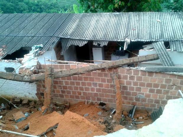 Muro desaba sobre casa no bairro Morro do Estado (Foto: Divulgação/Defesa Civil)