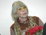 Rita Lee prestigia filho em show do Titãs e exibe cabelos brancos