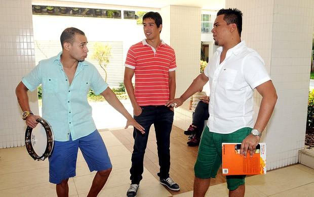 Cáceres aprende português com pagodeiros (Foto: André Durão / Globoesporte.com)