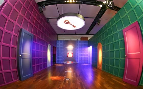 O salão em que Alice muda de tamanho pela primeira vez. Com a ajuda de um jogo de luzes, o público poderá experimentar a mesma sensação (Foto: Ali Karakas)