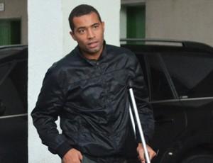 Wellington Monteiro caminha com ajuda de muleta (Foto: Bernardo Medeiros / Globoesporte.com)