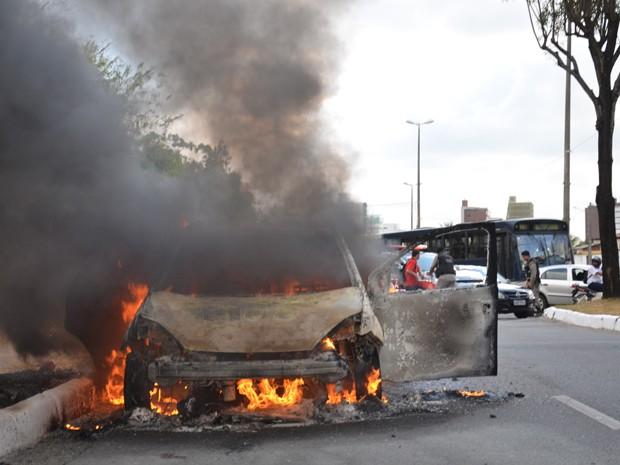 Uma das faixas da Avenida Beira Rio em João Pessoa ficou interditada para que as equipes do Corpo de Bombeiros apagassem o fogo (Foto: Walter Paparazzo/G1)