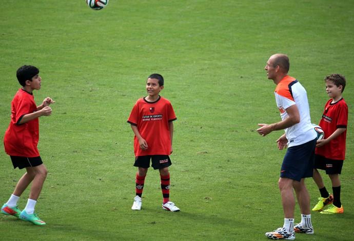 Arjen Robben Holanda brinca com crianças no treino (Foto: André Durão / Globoesporte.com)