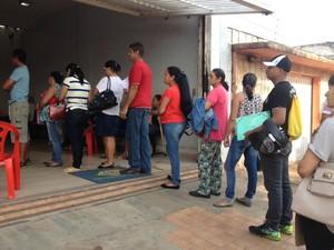Fila para receber atendimento da perícia se formou antes das 7h da manhã em frente ao INSS de Porto Velho (Foto: Mary Porfiro/G1)