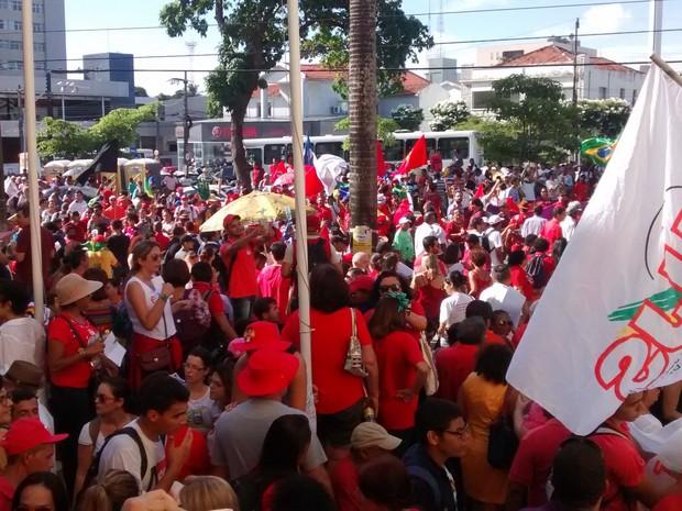 Manifestantes a favor de Dilma ocupam avenida em João Pessoa (Foto: Artur Lira/G1)