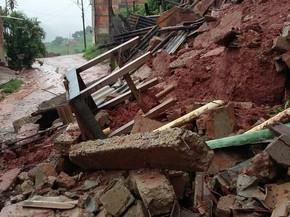 Deslizamentos de barrancos tem gerado o maior número de ocorrências para a Defesa Civil de Teófilo Otoni (MG). (Foto: Ana Carolina Magalhães/Inter TV dos Vales)