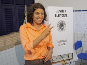 Estela Bezerra vota no bairro José Américo (Foto: André Resende/G1)