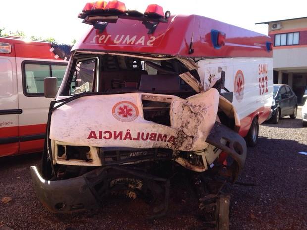 O motorista da ambulância ficou preso às ferragens; um auxiliar de enfermagem também ficou ferido no acidente  (Foto: Cícero Bittencourt / RPC TV)