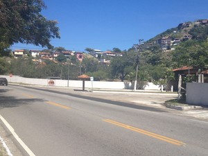 Cativeiro ficava em condomínio em Cabo Frio, RJ (Foto: Reprodução / Inter TV)