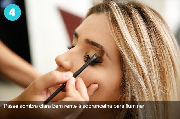 Quarto passo: use sombra clara bem rente a sobrancelha para iluminar (Foto: Marcos Serra Lima/EGO)