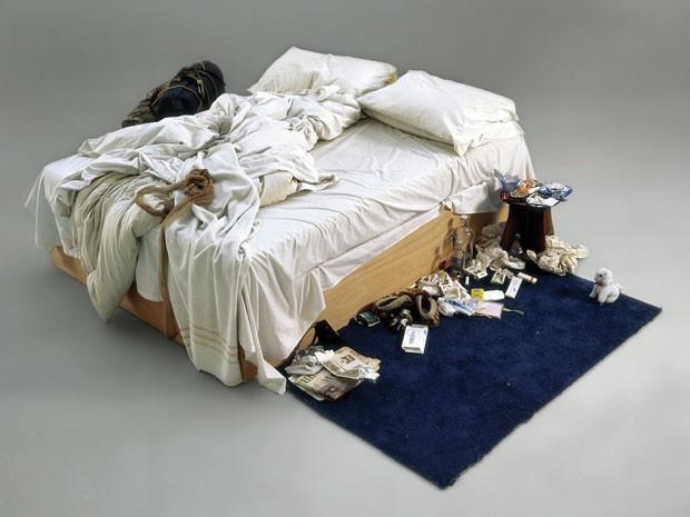 Polêmica instalação My bed, da artista britânica Tracey Emin; obra é composta por cama, roupas íntimas, camisinha, bitucas de cigarro e lençóis amassados (Foto: Christies/AFP)