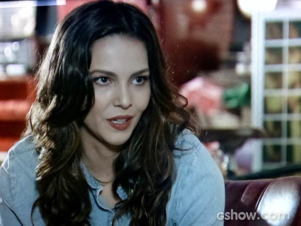 Marina não se deixa levar pelo pai e acredita no amor de Clara (Foto: Em Família / TV Globo)
