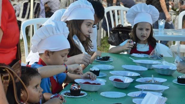 Os pequeninos entraram no clima da alta gastronomia e viraram mini mestres-cucas, na oficina de cup cake da RPC (Foto: Thiago Fernandes/RPC)